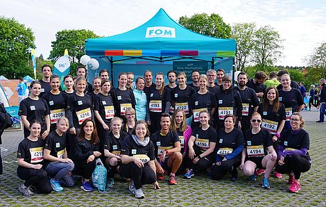 "Unter dem Motto ""Fit for Future FOM"" ging das Team der FOM in Hamburg beim B2Run an den Start (Foto: FOM)."